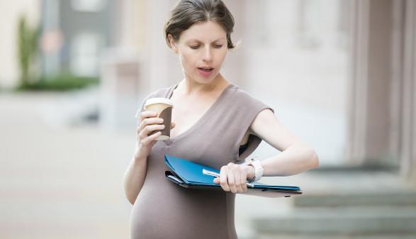 Schwangere schaut auf Armbanduhr © fizkes, stock.adobe.com
