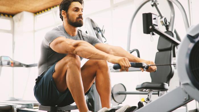 Mann trainiert im Fitnessstudio © NDABCREATIVITY , stock.adobe.com