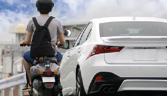 Mopedfahrer und Auto © xiaosan , stock.adobe.com