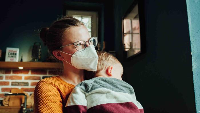 Frau mit Maske und Baby auf dem Arm © pascalskwara, stock.adobe.com