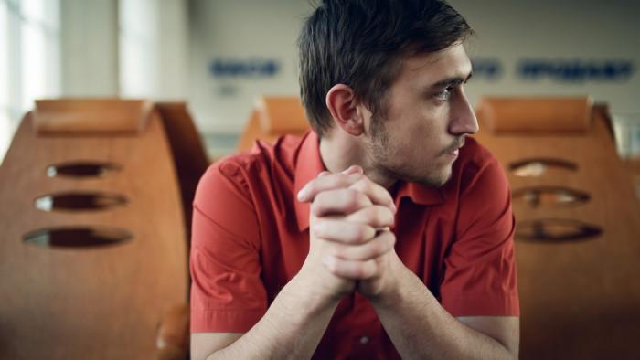 Arbeitsloser sitzt im Warteraum © luxorphoto , stock.adobe.com