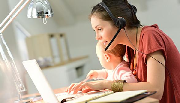 Mutter mit Kind arbeitet am PC © goodluz, stock.adobe.com