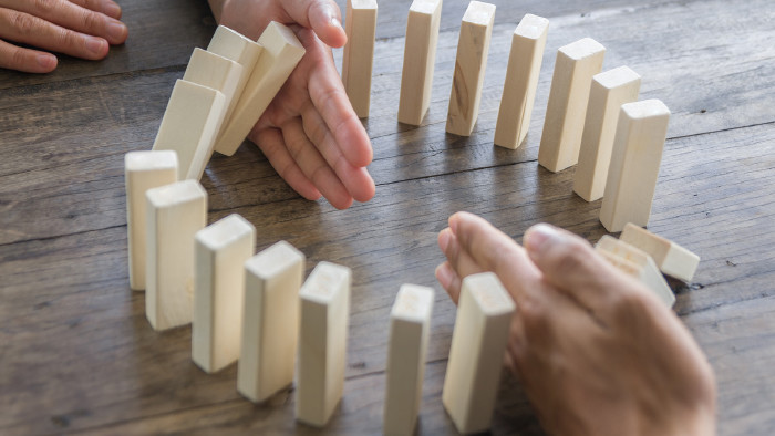 fallende Dominosteine, die aufgehalten werden © doidam10- stock.adobe.com