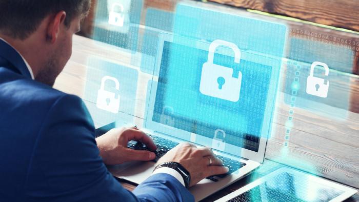 Laptop mit Datenschutzzeichen © Denis Putilov, stock.adobe.com