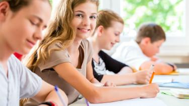 SchülerInnen schreiben © Kzenon, stock.adobe.com