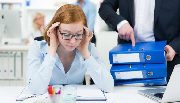 überforderte Mitarbeiterin im Büro © pictworks, stock.adobe.com