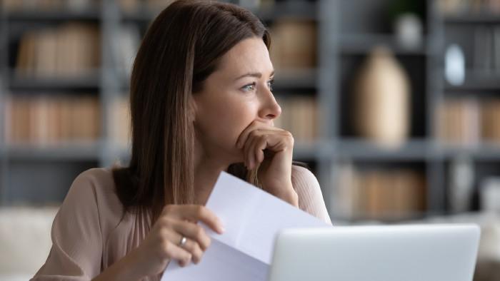 Frau hält nachdenklich Brief in der Hand © fizkes, stock.adobe.com