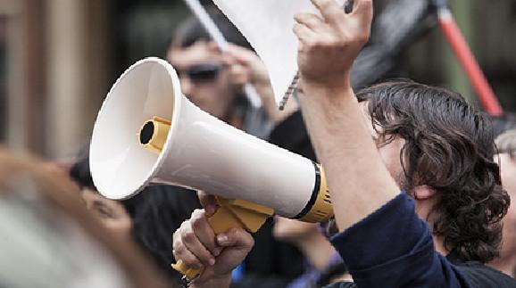 Demonstrierender Mann © juan_aunion, Fotolia.com