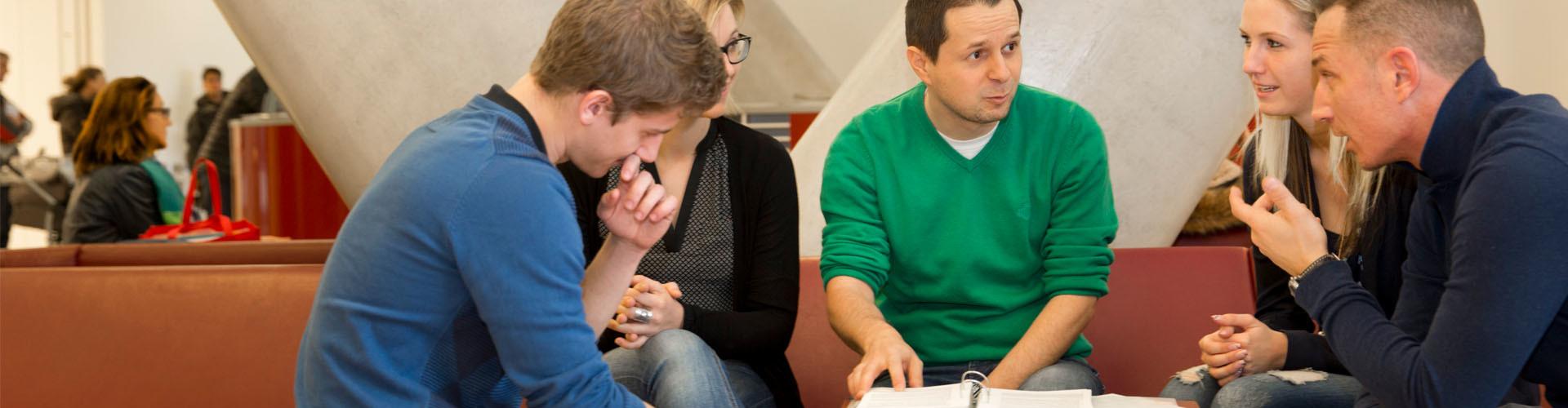 Personen bei einer Beratungssituation im Warteraum © Lisi Specht, AK Wien