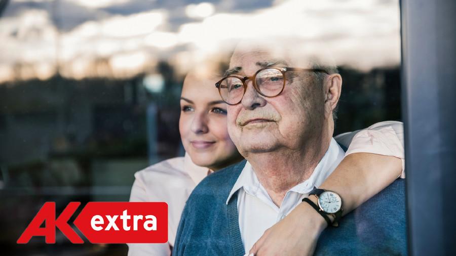Junge Frau legt ihren Arm um einen älteren Mann gelegt © Westend61, GettyImages.com