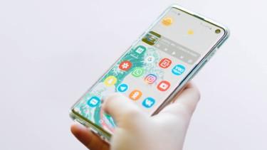 Ein Android-Handy mit App-Übersicht © Unsplash - Christian Wiedinger