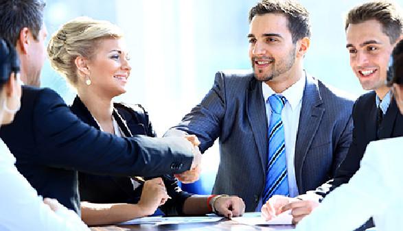 Aufsichtsräte reichen sich die Hände. © asdf - stock.adobe.com