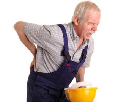Älterer Arbeiter mit Rückenschmerzen © Volker Witt, Fotolia.com