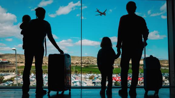 Familie wartet am Flughafen © nadezhda1906 , stock.adobe.com