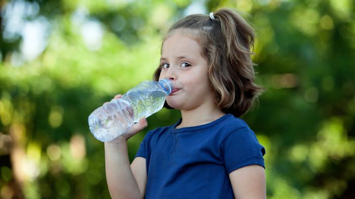 Mädchen trinkt bei PET-Flasche © Gelpi, stock.adobe.com