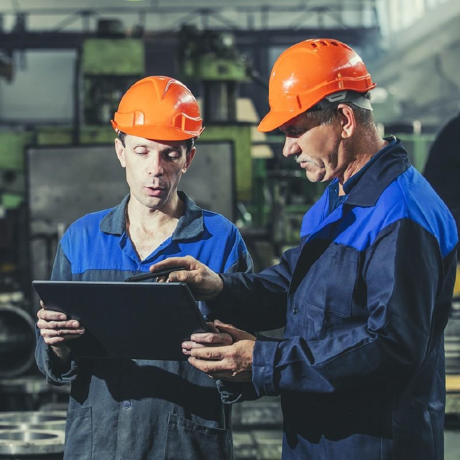 Zwei Arbeiter halten ein Tablet © kuzmichstudio, stock.adobe.com