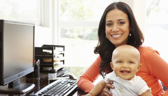 Mutter sitzt mit Baby am Arbeitsplatz © Monkey Business, stock.adobe.com