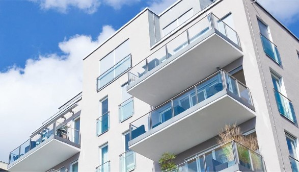 Ein moderner, fünfstöckiger Wohnbau © Tiberius Gracchus, stock.adobe.com