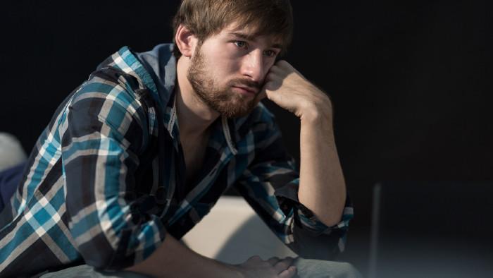 Junger Mann blickt traurig in die Zukunft © Photographee.eu, stock.adobe.com