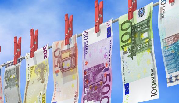 Geldschein auf Wäscheleine © bluedesign - stock.adobe.com